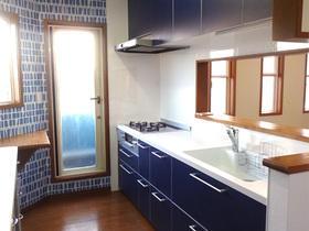 キッチンと壁紙がマッチしたお洒落で満足度の高いキッチン