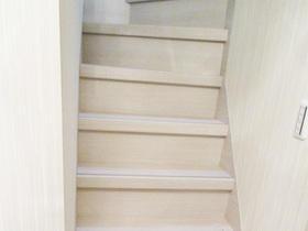 明るく清潔感のある階段スペース