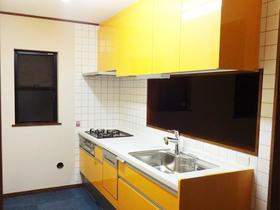 センスが輝く配色で、明るい空間となったキッチンスペース