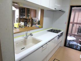 シンクとワークトップの色の組み合せにこだわったキッチン