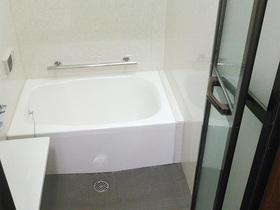 目地のない浴室でお手入れ楽々!お孫さんも喜ぶ明るいバスルーム
