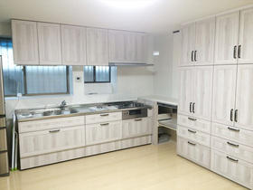 目を引くホワイトオークがお洒落!明るく機能的なキッチン