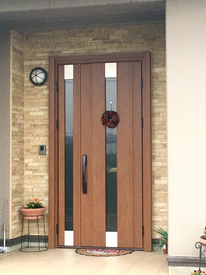 既設部分とも調和された玄関ドア