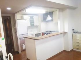 キッチンパネルにしてお手入れが楽に!吊戸棚を撤去し明るい雰囲気になったキッチンスペース