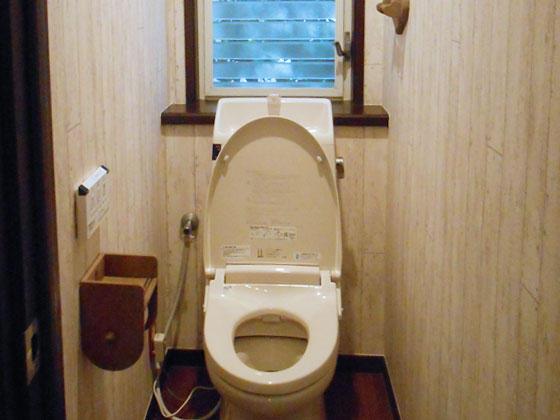 まるでカフェのような木目調のオシャレなトイレ