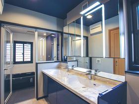 ブルーで統一された美しい水まわり空間と効率的な収納スペース