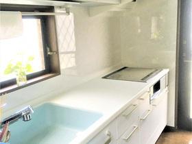 洗い場を移設し広い調理スペースを確保。使いやすく明るい空間になったキッチン