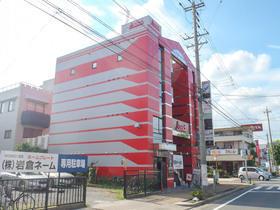 目立つ赤色を使い、カッコいい美観になった商業ビル