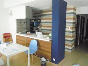 アクセント壁紙で、より明るい空間に仕上げたキッチン