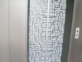 扉の柄が空間のアクセント。エレベーターの内装リフォーム
