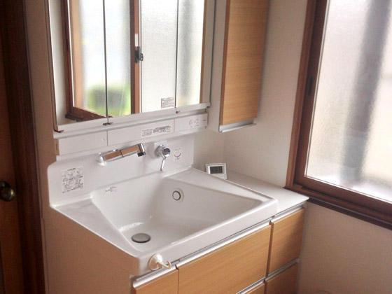収納力のある温かい洗面所
