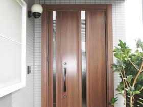 木目調で高級感を演出!温かみのある玄関ドア