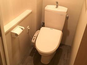 見違えるほど綺麗に仕上がり、清掃性に優れたトイレ空間へ