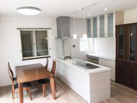 ペンダントライトがお洒落な、白基調で明るい空間になったキッチン