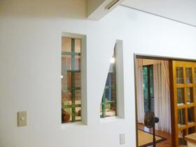 壁に設けた窓がオシャレ!お料理中でもリビングの様子が見えるキッチン