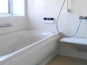 掃除しやすいパネルの壁と断熱窓で、快適な浴室空間へ