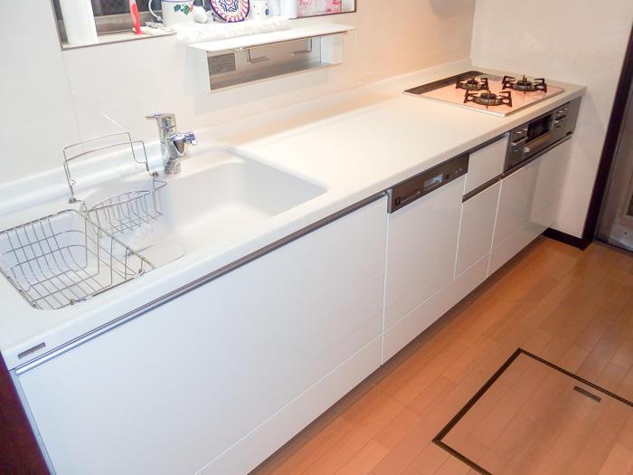 ビルトイン食洗機でワークトップがすっきりしたキッチン