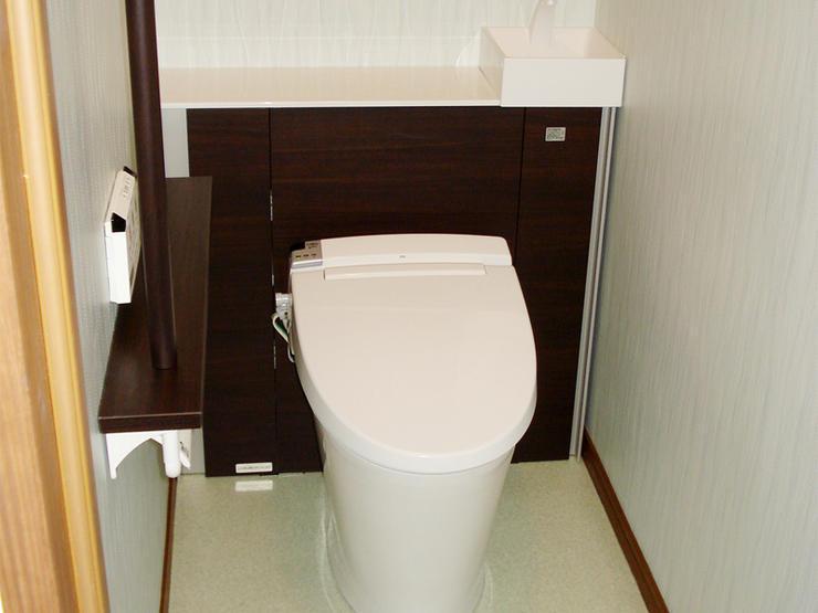 背面収納でお手入れの手間を省く、スッキリデザインのトイレ