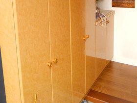色あせた靴箱を貼り替え、明るくなった玄関