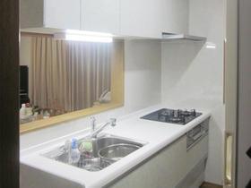 扉カラーを変えて明るい印象のキッチンスペース
