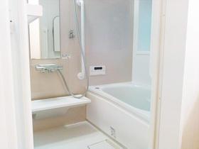 床は滑りにくくて安心!魔法びん浴槽で快適な空間になったバスルーム