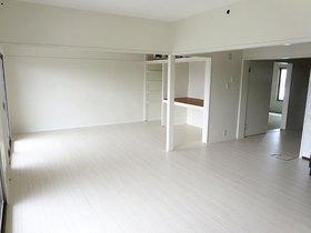 色のコントラストを効かせて、印象を引き締めたマンション内装リフォーム