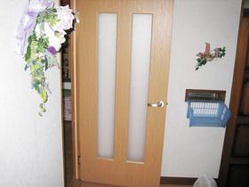 重苦しいイメージを解消!程よく日差しが入り、明るいイメージになったドア