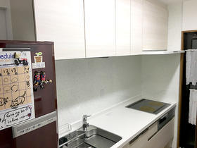 白で統一し、清潔感のあるキッチン