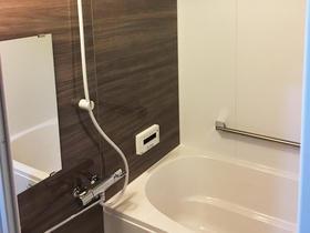 水漏れのない安心のバスルームは落ち着きのあるモダンなカラー