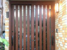 開け閉めがしやすく、ペアガラスで断熱効果もバッチリな玄関ドア