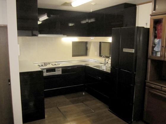 重厚感があり、お部屋も引き締まる最新システムキッチン