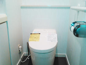 タンクレストイレでスッキリ!壁紙にもこだわったオシャレなトイレスペース
