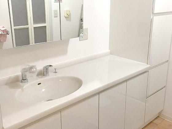 オーダーメイドの真っ白で明るい洗面化粧台