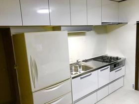 収納力抜群!白を基調とした明るいキッチンスペース