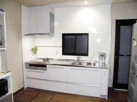 レンジフードの高さを下げる事で手が届きやすく、収納が多いキッチン