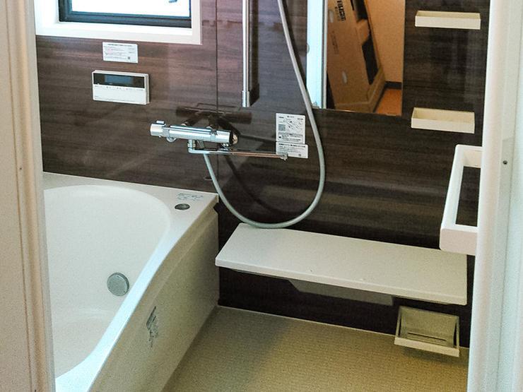 時間が経っても温かな湯船の浴室