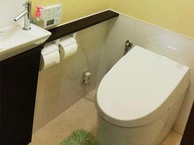 タンクレスですっきりとした空間に。お手入れも簡単なトイレ