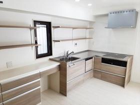 スペース広々!収納力もアップした明るい空間のキッチン