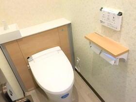 ナチュラルな内装で収納があるトイレ空間