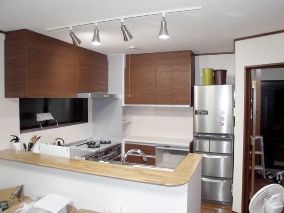 作業の負担が大幅に減る木目が美しいキッチン
