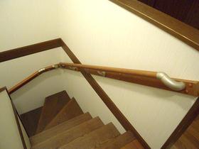 手すりを付け、安心して上り下りが出来るようになった階段