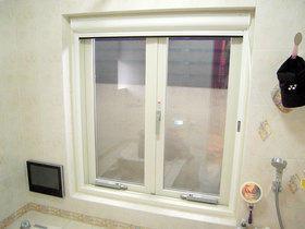 二重窓で冬場も暖かな浴室空間