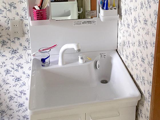 白で統一し清潔感と高級感を感じる洗面スペースに