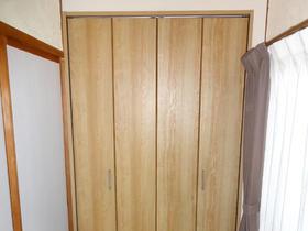 扉とカーテンレールの干渉がなくなり、フローリングの色と合った明るい空間へ