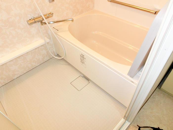 暖かさと安全性を重視したバリアフリーのお風呂