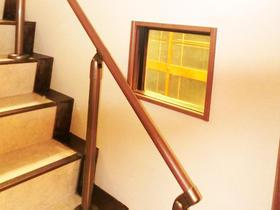 壁の窓からお部屋の明かりが漏れる優しい雰囲気の階段に