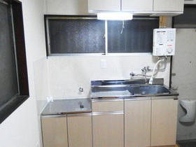 薄い木目調のキッチンで明るい雰囲気に!マンションの水廻りリフォーム