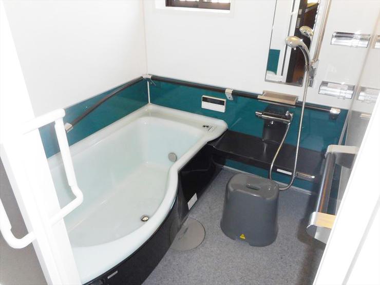 吹付あわあわ断熱とサンドイッチ断熱パネルのW断熱で暖かく心やすらぐバスルーム