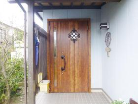 扉も枠も木目調に統一し、落ち着きと上品さのある玄関に