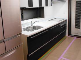 見せる収納を施した、モダンな雰囲気のフラット対面キッチン